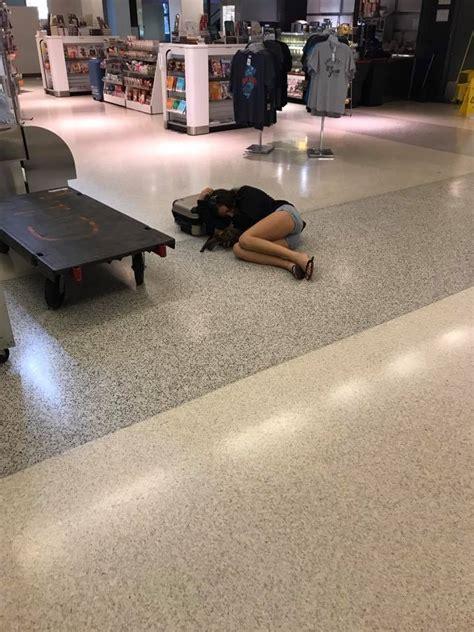 dormire sul pavimento new york sposini denunciano guasto aereo united airlines