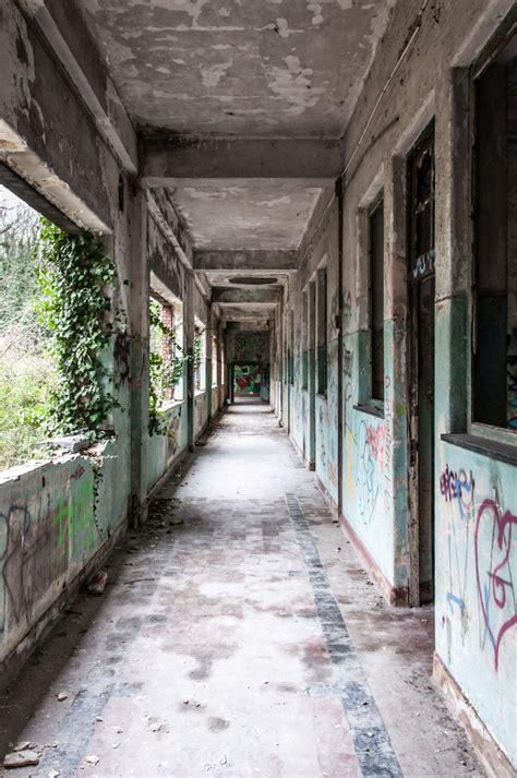 gambar jalan kota bangunan tua gang coretan latar