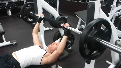 girls bench press girl doing bench press youtube