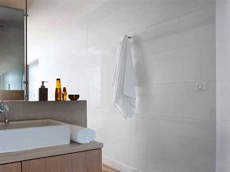 Marvelous Chambre Gris Clair Et Blanc  #14: Lambris-pvc-blanc-brillant-dans-une-salle-de-bain.jpg