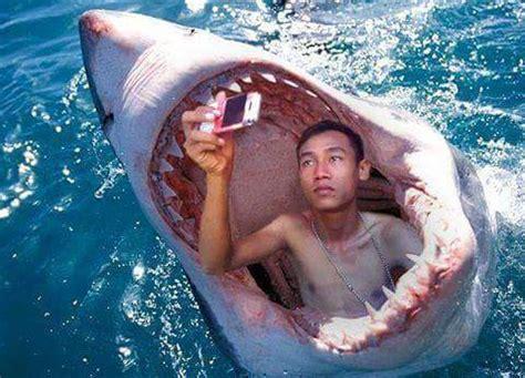Kaos Selfie Saya Lagi Aneh gaya foto selfie paling unik aneh ekstrim konyol dan