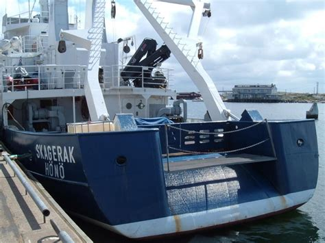 stern boat file stern of fishing boat jpg wikimedia commons