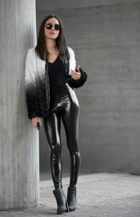 Glossy Legging black stretch vinyl glossy paired with a