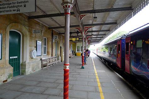 Evier Cing Car by Railway Platform