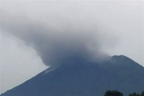 emirates volcano bali thousands flee over bali volcano eruption fears emirates