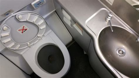 how do airplane bathrooms work this is how airplane toilets work travelblogeurope com