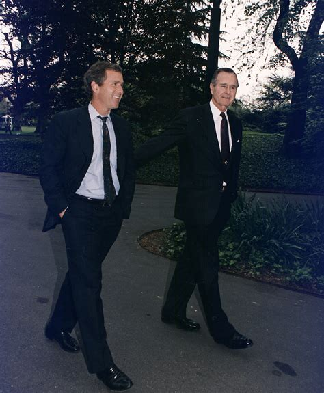 george w bush wikipedia la enciclopedia libre archivo president bush walks up the south lawn towards the