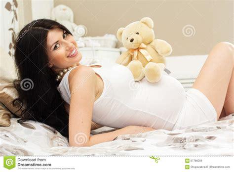 frau auf bett schwangere gl 252 ckliche frau liegt auf bett mit teddyb 228 ren