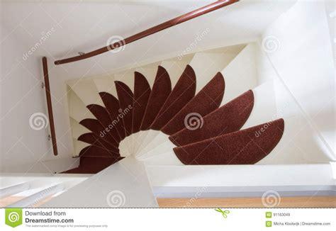 le stuoie scale di legno bianche con le stuoie rosse fotografia