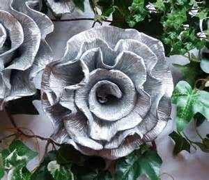 silberhochzeit dekoration am haus krepprosen 25 jahre silberne hochzeit kreppblumen
