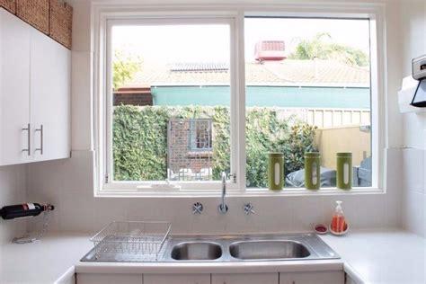desain jendela dapur 15 desain dapur kecil yang bikin memasak lebih cepat