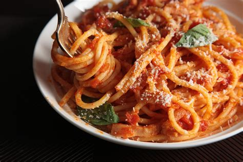 bucatini all amatriciana alla robert sietsema easy italian pasta dishes pictures chowhound