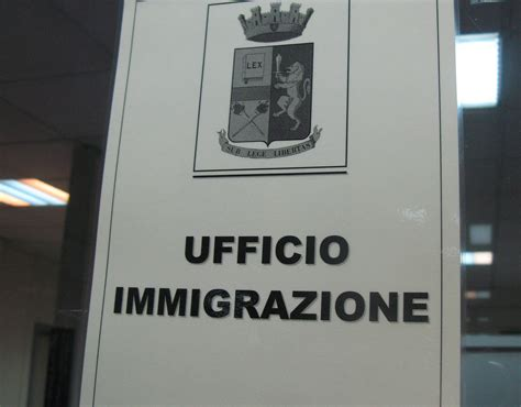 ufficio emigrazione denaro e regali in cambio dei permessi di soggiorno