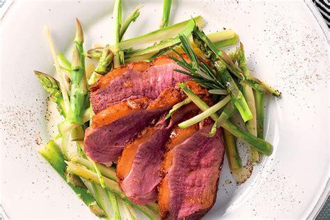 cucinare petto di anatra ricetta tagliata di anatra con asparagi la cucina italiana