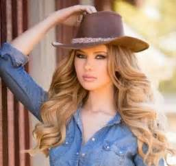 country hair styles carefree wavy hairstyle country hat natural pinterest