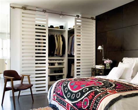 offene regale verkleiden ideen f 252 r offenen kleiderschrank im schlafzimmer