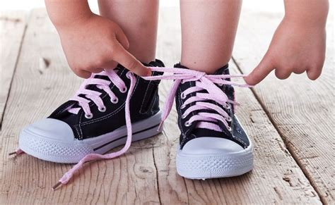 how to teach your kid to tie his shoes shoelace tying techniques how to teach your child to tie