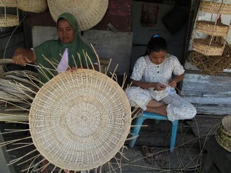 Tikar Rotan Aceh perajin rotan di kung bekas tsunami acehkita