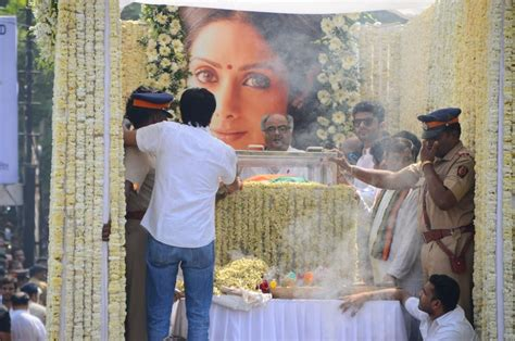 sridevi funeral sridevi s funeral gets state honor as lakhs gather to bid
