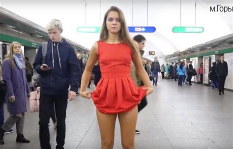 estudiantes en falditas estudiante rusa se levanta la falda en protesta contra el