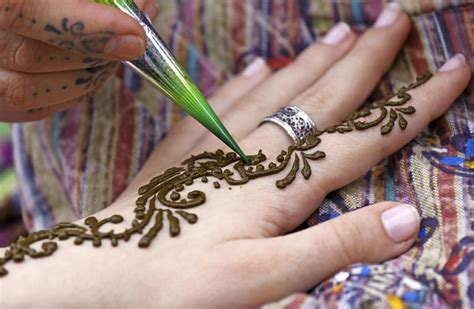 henna tattoo application how to apply mehndi for beginners 9 steps
