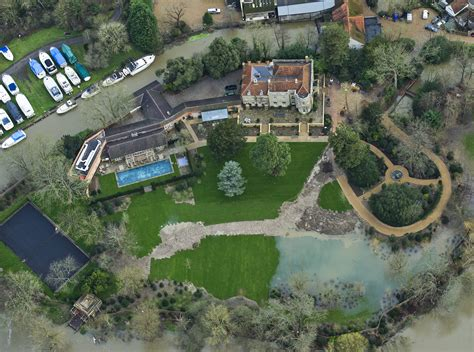 george clooney home clooney faces flood threat to new house as thames invades garden metro news