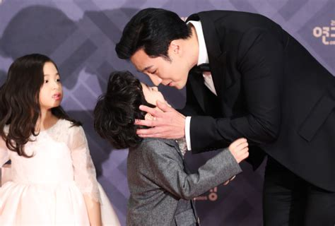 so ji sub nose kiss so ji sub wins top prize at mbc drama awards