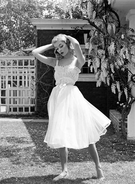 40s 50sbeautifulwomen women in 1940 1950s in black and white photos by nina leen