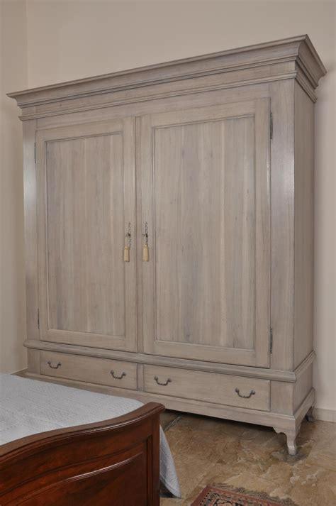 armadio stile provenzale armadio in stile provenzale sbiancato a 2 ante e 2 cassetti