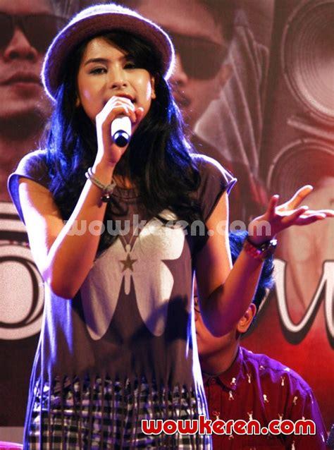 maudy ayunda kembali dipercaya bawakan soundtrack film foto maudy ayunda til di acara ganaskustik 2014