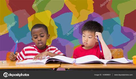 imagenes comicas de niños estudiando ni 241 os de la escuela estudiando en el escritorio en el aula