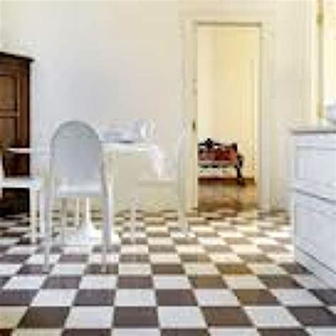 pavimento a scacchi foto pavimento a scacchiera in graniglia di superfici