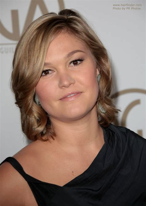 julia stiles new haircut julia stiles neck length hairstyle with a long fringe