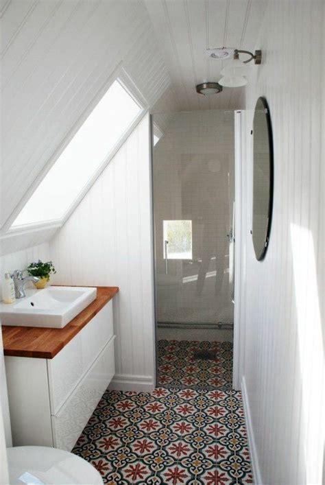 salle de bain toute blanche une salle de bain sous pente ou sous combles en 52 photos
