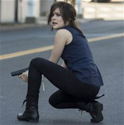 elizabeth keen looking rough still of megan boone in the blacklist 2013 those are