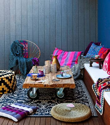 chill out in a living room decked in cool spectrum shades straight from the runway terraza o balc 243 n al estilo marroqu 237