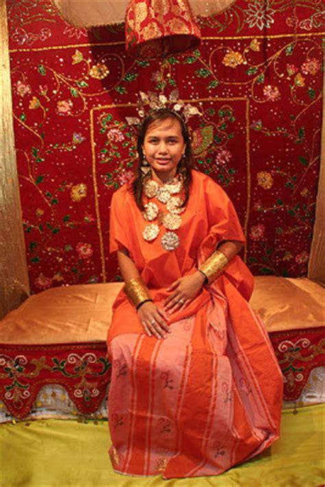 Baju Bodo Biru suku bugis makassar kebudayaan sistem kepercayaan kekerabatan politik ekonomi kesenian