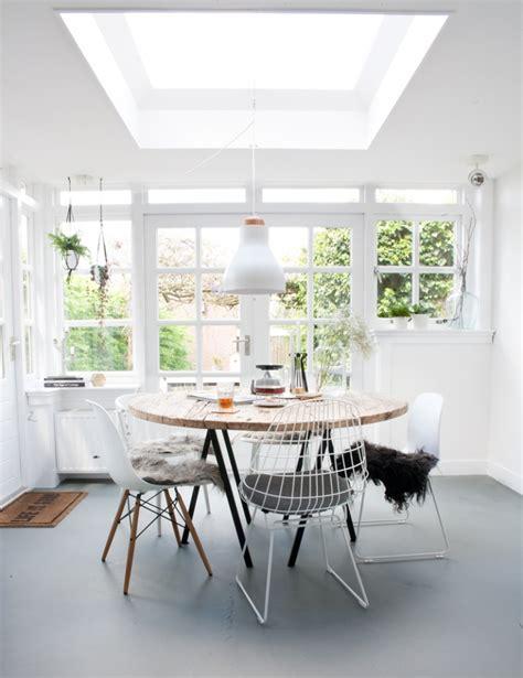 ronde eettafel wit met stoelen witte design stoelen in een lichte eetkamer shopinstijl