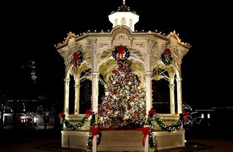 community christmas tree lights up medina s public square