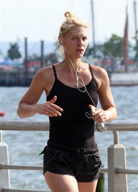 claire danes zimbio claire danes goes out for a run in nyc zimbio