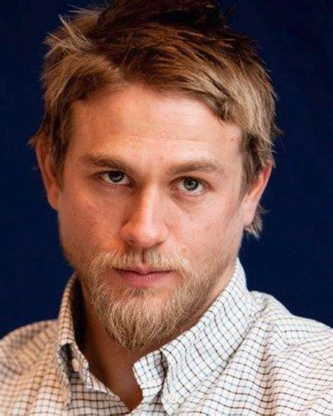 hiw to get charlie hunams hairstyle charlie hunnam with medium short hairstyle with layered bangs