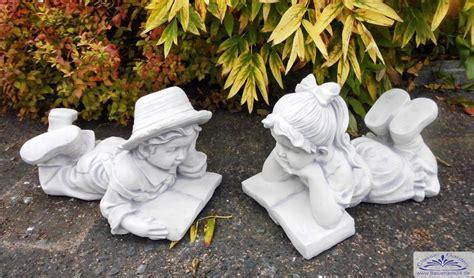 gartendekoration figuren 2 gartenfiguren m 228 dchen und junge mit buch