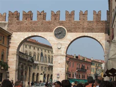 ingresso arena di verona l orologio precede l ingresso in piazza bra dove si