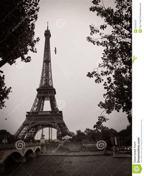 imagenes a blanco y negro de la torre eiffel torre eiffel blanco y negro en la ciudad de par 237 s foto de