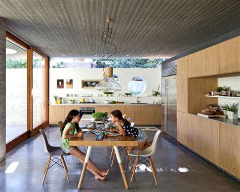 rumah tampil minimalis  material kayu  beton