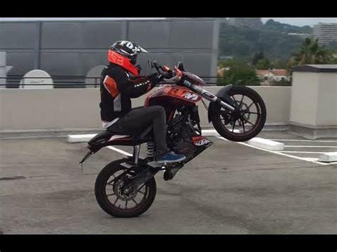 Ktm Duke Wheelie Ktm Duke 125 Wheeling And Stoppie