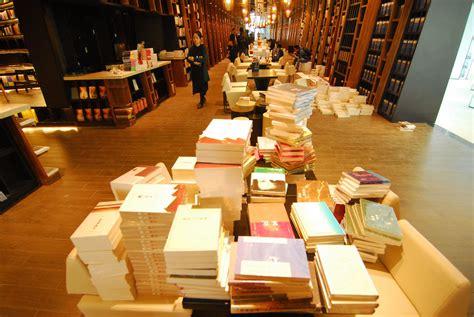 ultime uscite libreria una libreria piena di specchi libri novit 224 e ultime uscite