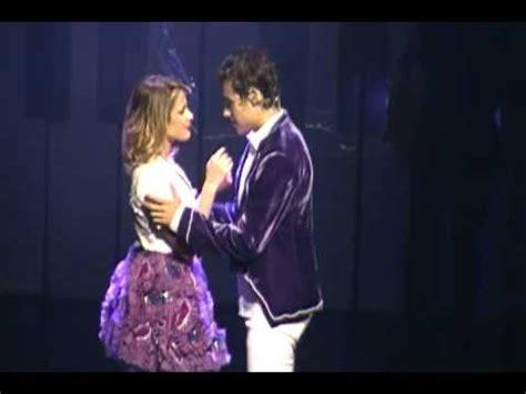 imagenes de leones besandose violetta en vivo beso de le 243 n y violetta youtube