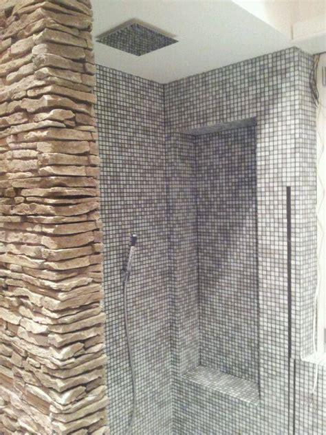 doccia con mosaico il bagno rinnovare con la pietra