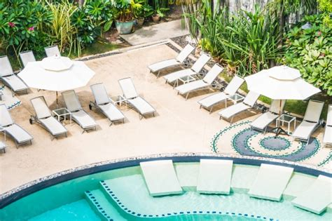 hamacas de piscina muchas hamacas en una piscina descargar fotos gratis
